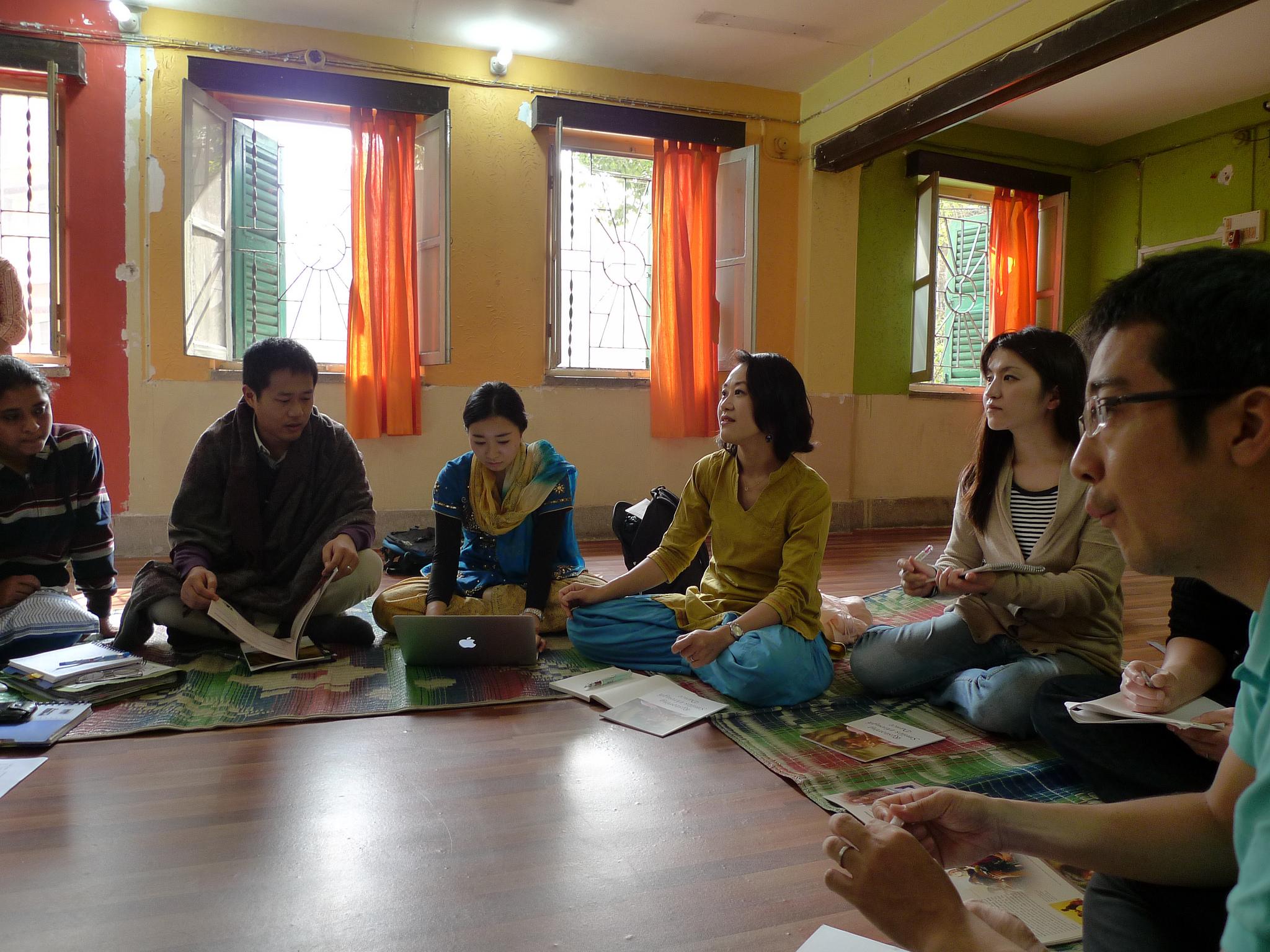 インドの現地NGOとミーティングをする、かものはしスタッフ